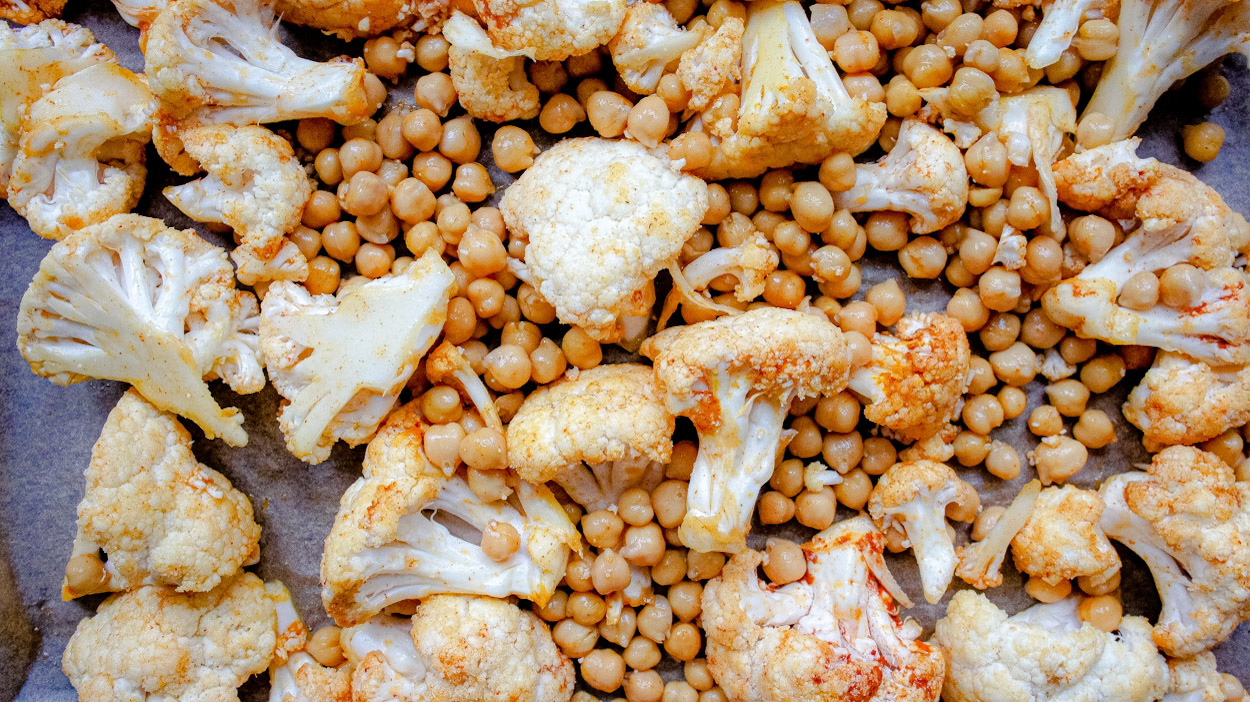 Uncooked cauliflower with chickpeas
